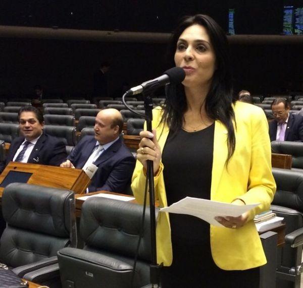 Deputada Geovânia de Sá discursa sobre violência, disparidade salarial e participação das mulheres na política