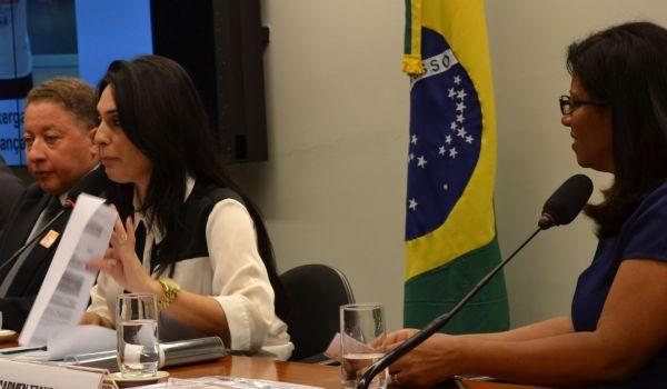 """Deputada Geovânia de Sá preside reunião da Comissão de Seguridade Social e Família durante seminário """"Rins Saudáveis""""."""